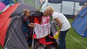 Betreuer helfen bei den Zelten