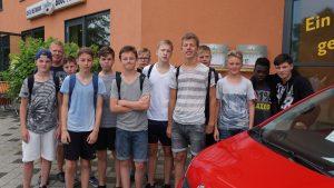 Jungs vor dem Badeland