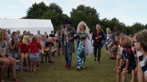 Das älteste Lagerhochzeitspaar in Hochzeitskleidung